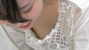 ちょっぴり歪な乳首がエロいおのののか似ママンの胸チラ盗撮 ▶3:25